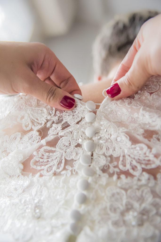 habillage de la mariée robe en dentelle boutonnée dans le dos