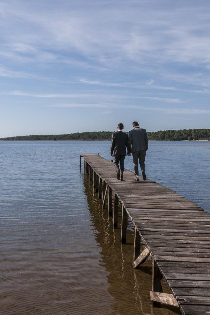 Couple de mariés sur le ponton du lac de Sanguinet (33)