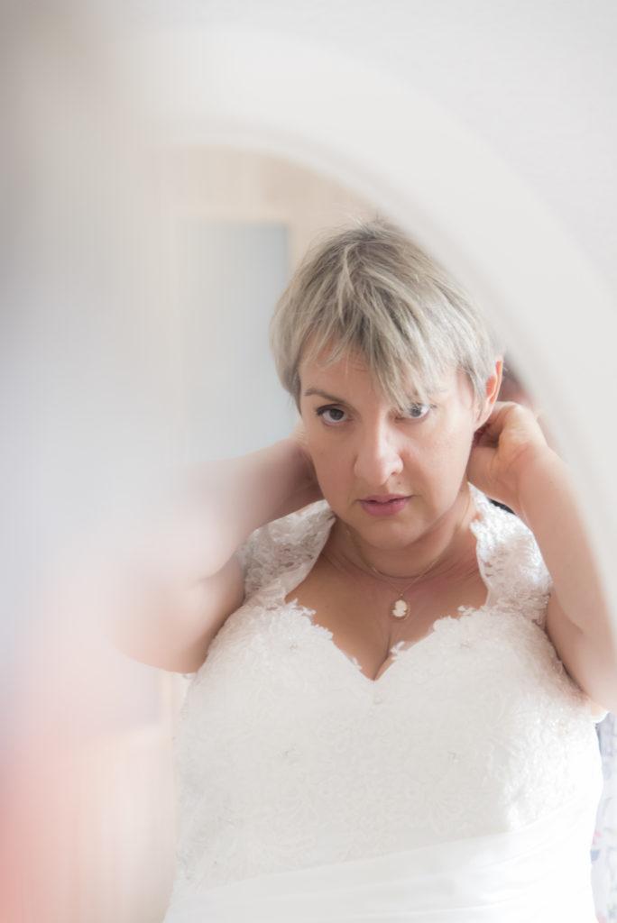 Dernière touche de l'habillage de la mariée