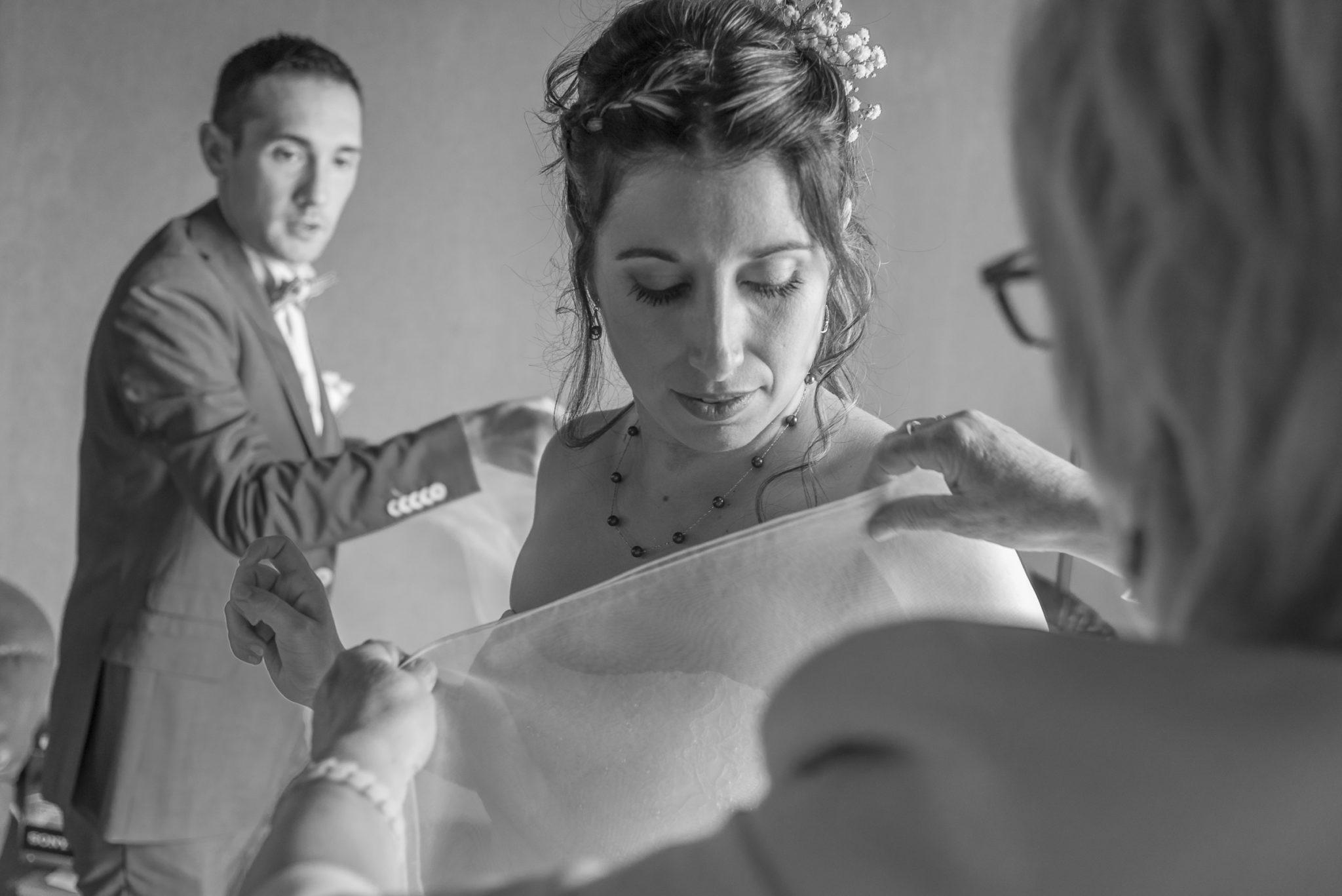 Habillage de la mariée La touche finale : mise en place de son étole. tarifs reportages prestations