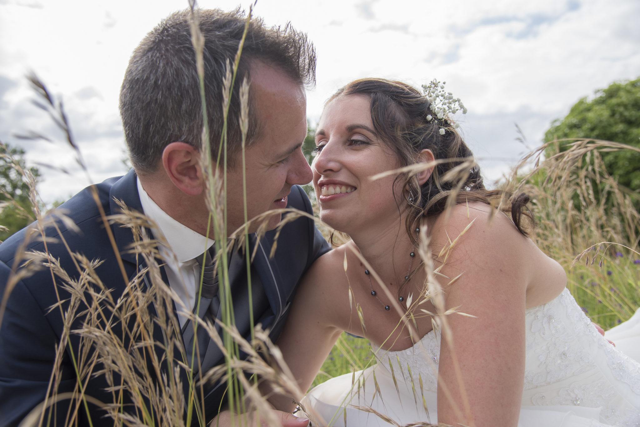 mariés cachés dans les herbes hautes