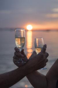 Champagne dans le soleil couchant