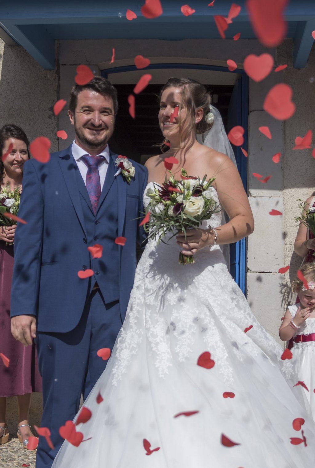 Sortie des mariées de la Mairie de Montfort en Béarn sous une pluie de cœurs rouges
